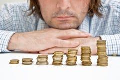Hombre de negocios que piensa en invesments Imagen de archivo libre de regalías
