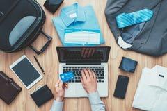 Hombre de negocios que planea un viaje de negocios Imagen de archivo libre de regalías
