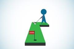 Hombre de negocios que pone la pelota de golf en el agujero con la bandera del éxito, concepto del negocio Foto de archivo libre de regalías