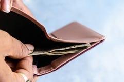 Hombre de negocios que pone o que saca o que paga billetes de banco de la rupia india de la cartera de cuero Fondo blanco aislado imagenes de archivo