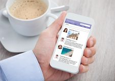 Hombre de negocios que practica surf el sitio social del establecimiento de una red en el móvil imagen de archivo