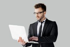 Hombre de negocios que practica surf la red. Imágenes de archivo libres de regalías