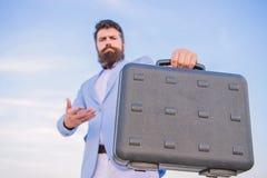 Hombre de negocios que presenta el caso del negocio Soborno de la oferta del empresario Negocio ilegal del trato Control barbudo  fotografía de archivo libre de regalías