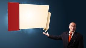 Hombre de negocios que presenta el espacio moderno de la copia del origami Fotografía de archivo