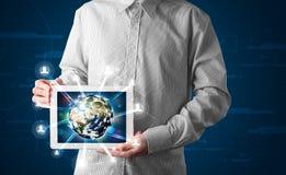 Hombre de negocios que presenta el globo de la tierra 3d en tableta Imagen de archivo libre de regalías