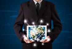 Hombre de negocios que presenta el globo de la tierra 3d en tableta Imágenes de archivo libres de regalías