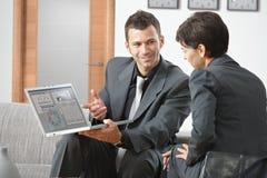 Hombre de negocios que presenta en la computadora portátil Foto de archivo