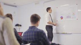 Hombre de negocios que presenta en la sala de reunión metrajes