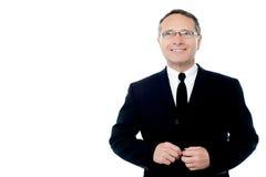 Hombre de negocios que presenta a la cámara sobre blanco Fotografía de archivo libre de regalías