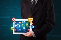 Hombre de negocios que presenta la tableta moderna Foto de archivo libre de regalías