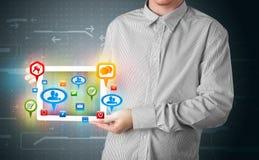 Hombre de negocios que presenta la tableta moderna con las muestras sociales coloridas Imágenes de archivo libres de regalías