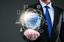 Hombre de negocios que presenta medios de la red global Imagenes de archivo