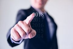 Hombre de negocios que presiona año del icono de 2018 blancos Fotografía de archivo