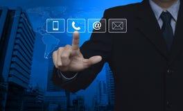 Hombre de negocios que presiona butto del teléfono, del teléfono móvil, en y del correo electrónico Fotografía de archivo libre de regalías