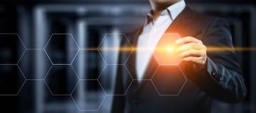 Hombre de negocios que presiona el botón Concepto del negocio de Internet de la tecnología de la innovación Espacio para el texto Foto de archivo
