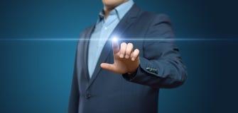 Hombre de negocios que presiona el botón Concepto del negocio de Internet de la tecnología de la innovación Espacio para el texto fotografía de archivo libre de regalías