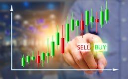 Hombre de negocios que presiona el botón de la compra en las pantallas virtuales con la acción ch Imagen de archivo libre de regalías