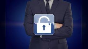 Hombre de negocios que presiona el botón de la seguridad en las pantallas virtuales aumente la imagen ilustración del vector