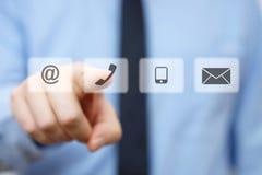 Hombre de negocios que presiona el botón del teléfono, iconos de la identificación de la compañía Fotos de archivo