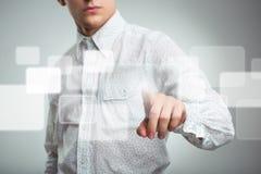 Hombre de negocios que presiona el botón del uso en el ordenador con el tacto s Imagen de archivo libre de regalías