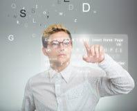 Hombre de negocios que presiona el botón del uso en el ordenador con el tacto s Fotos de archivo libres de regalías