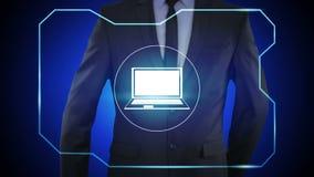 Hombre de negocios que presiona el botón webinar del ordenador portátil en las pantallas virtuales ilustración del vector