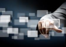 Hombre de negocios que presiona el botón con el contacto en las pantallas virtuales Fotos de archivo libres de regalías