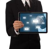 Hombre de negocios que presiona el buton del email Imágenes de archivo libres de regalías