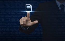 Hombre de negocios que presiona el icono de documento sobre el código binario del ordenador azul imagenes de archivo