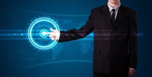 Hombre de negocios que presiona el tipo de alta tecnología de botones modernos Foto de archivo libre de regalías