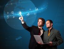 Hombre de negocios que presiona el tipo de alta tecnología de botones modernos Imagen de archivo