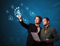 Hombre de negocios que presiona el tipo de media virtual de botones Imagenes de archivo