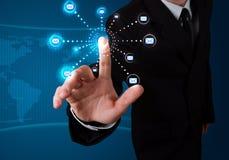 Hombre de negocios que presiona el tipo virtual de la mensajería de iconos Imagenes de archivo