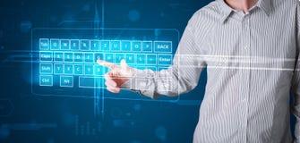 Hombre de negocios que presiona el tipo virtual de teclado Fotos de archivo libres de regalías