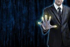Hombre de negocios que presiona en el código en pantalla táctil digital foto de archivo libre de regalías