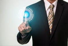 Hombre de negocios que presiona Internet del botón de la seguridad y concepto del establecimiento de una red Imagen de archivo