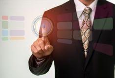 Hombre de negocios que presiona Internet del botón de la seguridad y concepto del establecimiento de una red Foto de archivo libre de regalías