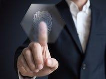 Hombre de negocios que presiona la huella dactilar moderna del panel de la tecnología Fotos de archivo libres de regalías