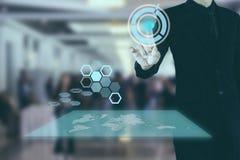 Hombre de negocios que presiona la pantalla virtual abierta del botón Foto de archivo libre de regalías