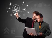 Hombre de negocios que presiona la promoción virtual y que expide el tipo de icono Imagen de archivo