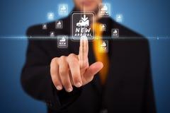 Hombre de negocios que presiona la promoción virtual y que expide el tipo de icono Imagenes de archivo