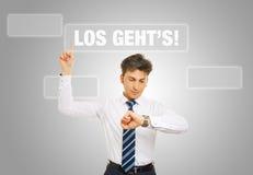 Hombre de negocios que presiona lema alemán foto de archivo libre de regalías