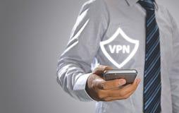 Hombre de negocios que presiona protocolos de Internet de la creación del vpn del app del botón foto de archivo libre de regalías
