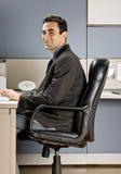 Hombre de negocios que pulsa en el ordenador en el escritorio Fotos de archivo libres de regalías