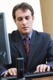 Hombre de negocios que pulsa en el teclado Foto de archivo