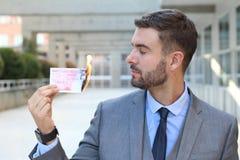 Hombre de negocios que quema nota de veinte libras imagenes de archivo