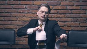 Hombre de negocios que rasga un contrato en pedazos almacen de metraje de vídeo