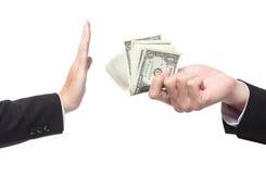 Hombre de negocios que rechaza el dinero ofrecido Foto de archivo libre de regalías