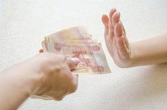 Hombre de negocios que rechaza el dinero para tomar al soborno el concepto de corrupci?n y de soborno anti fotografía de archivo libre de regalías