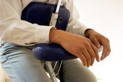 Hombre de negocios que recibe shiatsu en una silla del masaje Fotografía de archivo libre de regalías